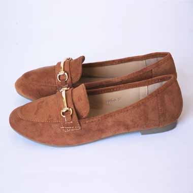 נעל חום עם אבזם