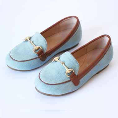 נעל תכלת חום עם אבזם