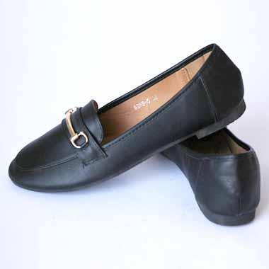 נעל שחורה עם אבזם זהב