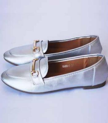 נעל אפור-כסף עם אבזם זהב