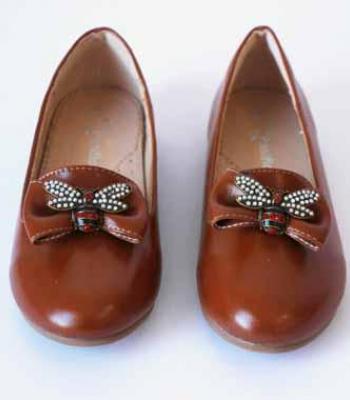 נעל עם אבזם פרפר