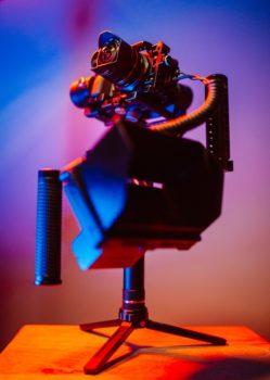 كاميرا احترافية مع حامل ثلاثي القوائم